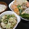 天ぷら、漬物、味噌汁/炊き込みご飯、味噌汁