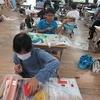 4年生:図工 ギコギコクリエーター 教室で色塗り