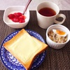 チーズトースト、たまごとキャベツのサラダ、いちごヨーグルト、紅茶。