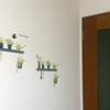 壁にウォールステッカーを貼る。一羽の鳥で動きを感じる小さな空間。