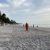 タイのお正月ソンクラーンはビーチで僧侶に出逢う
