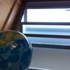 網戸掃除のおすすめと、地球儀の話。