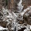 熊本)古閑の滝、ようやく凍る 阿蘇