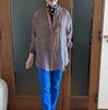 差し色に使う派手色のパンツ|ボトムアップ効果で顔が若々しくなるコーデ