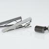 ローレット加工が男心をくすぐる。工業用加工から生まれたネクタイピン・カフスの形。
