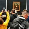 パリのルーブル美術館で(モナ・リザ)を見る。