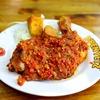 外出制限後、初めての外食でインドネシア料理を楽しむ