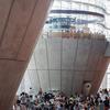 混雑する美術館