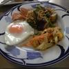 幸運な病のレシピ( 863 )朝:ナスとモヤシの味噌炒め(丸鶏の最後、春菊入り)、味噌汁、ローストビーフ仕込み
