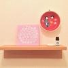 【北欧インテリア】小さな小棚のインテリア*マリメッコのペーパーナプキンを立てて飾る工夫。