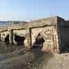 富浦公園脇の海岸に残された謎の建造物(横須賀市)
