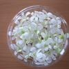 ホワイトのシンビジウムの花だけをカットしてガラスの水盤に♪ 夏も切り花を楽しむ♪