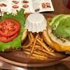 厚切りチェダーアボカドバーガーセット ずっしり食べ応え半端ない! 「二子玉川のクア・アイナ」