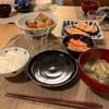 ごはん、鮭、豆腐屋さんの煮物、にんじんカニカマ春雨サラダ、わかめとさつま芋の味噌汁