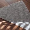 完成した三角ショールを使って、編み物のアイロンがけの手順を紹介します。