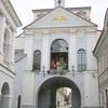バルト三国リトアニアのヴィリニュスでハートのレリーフが見事な夜明けの門を見た