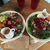 おしゃれなランチがしたい。でも美容にも気を遣いたい!そんな時にオススメのサラダが美味しいバンクーバーのカフェ。RAIL TOWN CAFE。