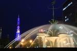 夜の大通公園。噴水とさっぽろテレビ塔、水と光のコラボレーション。