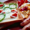 シンプルだからこそ美味しい!ピーマンとトマトのピザトースト【レシピ】