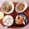 ちくわとソーセージの炒め物、鶏肉と水菜の煮物、小粒納豆、ヨーグルト。