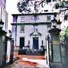 横浜開港資料館へ|近代化産業遺産の旧館およびペリー来航以前から命を繋ぐ中庭の玉楠