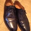 革靴を磨く夏。