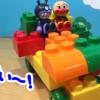 大きいブロックで車を作ってアンパンマンとバイキンマンをのせたよ!【アンパンマンYoutubeアニメ動画】