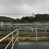 秋雨に 濡れた観音 電車遅延
