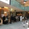 根室花まる(東京丸の内KITTE店): 平日はエスカレータ前に10:15集合で初回に入れる!北海道の魚介がみずみずしく、2人で4500円