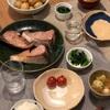 ごはん、ブリの塩焼き、ほうれん草とミニトマト、新じゃがの煮っころがし、豚汁