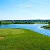 【ゴルフ】池越えのグリーンを狙うショット