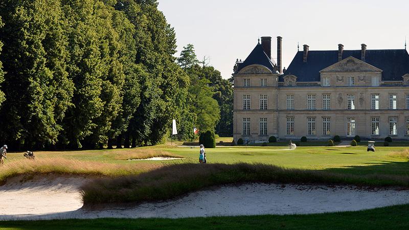 13世紀にさかのぼる歴史をもつ、豪奢なシャトーでぜいたくゴルフ