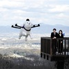 空を「歩く」白い犬…町公式キャラ、ドローンに