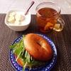 ベーグル、バナナヨーグルト、紅茶。