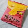 「極深ポテト めんたいチーズ味」明太子を思わせるピンク地の水玉のインパクト(´∀`)