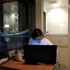 リバービュー宿泊でオンライン授業をする彼女の授業背景はライトアップされた橋とオーバーヘッドシャワー