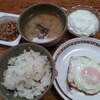 鯖の味噌汁と目玉焼きと納豆とヨーグルト