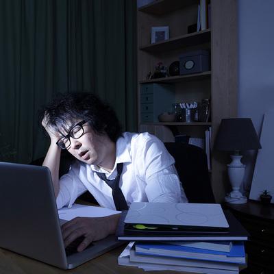 会議が多すぎて残業時間がかさむ…そんな状況をうまく乗り越える残業回避術