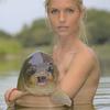 ヌードの美女たちが鯉(コイ)とたわむれているカレンダーが発売されるらしい