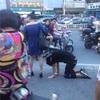 我が家の犬です ‼︎女性が男性の首にロープを付けて散歩⁉︎ 中国