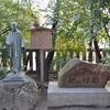 八ッ橋発祥の地と西尾為治の像。