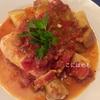 フライパンで簡単「骨付き鶏肉のトマト煮込み」レシピ。