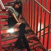 【過激画像】この階段に座ってる加藤玲奈ちゃんの太ももがスケベすぎるwwwwww