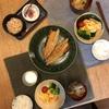 ごはん、鯖の醤油漬け、ネギと白菜のスープ、ブロッコリー、カニカマ卵焼き