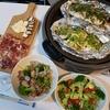 ホットプレートで2種の魚のホイル蒸しとあさり、生ハム、チーズなど