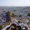 中年男性がインドのブルーシティー、ジョードプルを歩き倒す