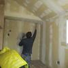 新築戸建て注文住宅の施工(壁紙の張り付け作業)