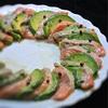 サーモンとアボカドのリース、マリネサラダ、グリーンペッパー風味