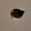【画像あり】素人がホームセンターの材料を使って約1000円で石膏ボードの壁穴を修復してみた