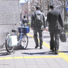 横断歩道で車に向かっておじぎを2回、何ということでしょう・・・!